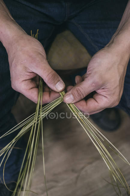Espartero trabalhando com esparto com as mãos — Fotografia de Stock