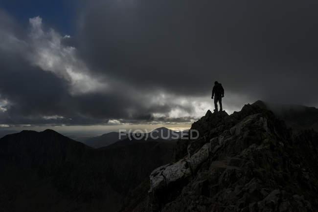 Royaume-Uni, Pays de Galles, Snowdonia, Cwm Glas, Garnedd Ugain, Clogwyn y Parson, alpiniste debout sur le rocher — Photo de stock