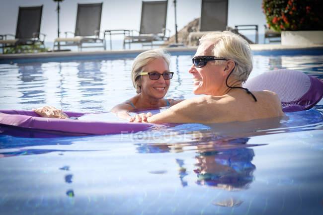 Glückliches Senioren-Paar im Schwimmbad — Stockfoto