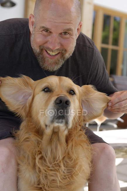 Portrait d'homme et de son Golden Retriever — Photo de stock