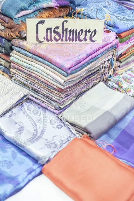 Turkey, Istanbul, cloths for sale at Grand Bazaar — Stock Photo
