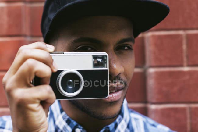 Caméra tenue homme — Photo de stock