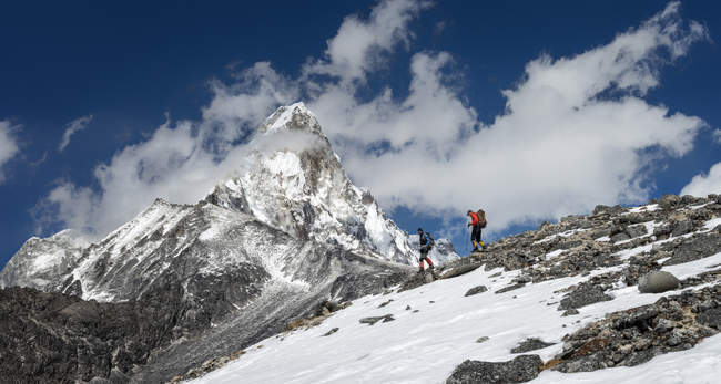 Nepal, Himalaya, Solo Khumbu, Ama Dablam, two men trekking — Stock Photo