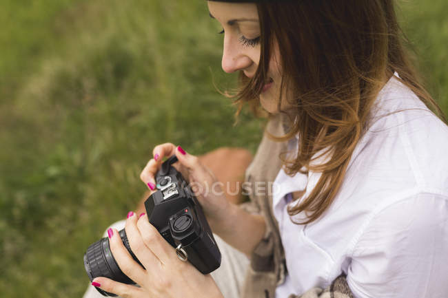 Woman with an old camera on a meadow — Stock Photo