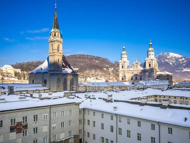 Австрія, Зальцбург, видом на собор Святого Петра, францисканський церква, коледж церкви і кафедральний собор Зальцбурга в Старому місті — стокове фото
