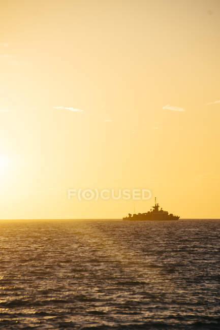Grecia, sagoma della nave da guerra all'orizzonte vista da Paros al tramonto — Foto stock