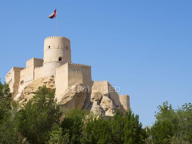 Оман, Nachl, Форт Nakhl на холме в дневное время — стоковое фото