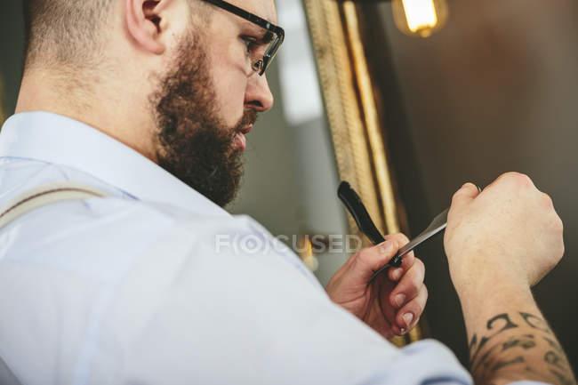 Controllo lama di rasoio del barbiere — Foto stock
