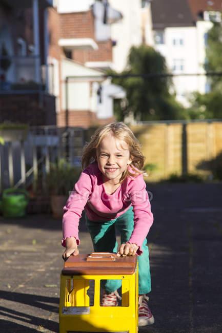Fille jouer avec jouet sur aire de jeux — Photo de stock