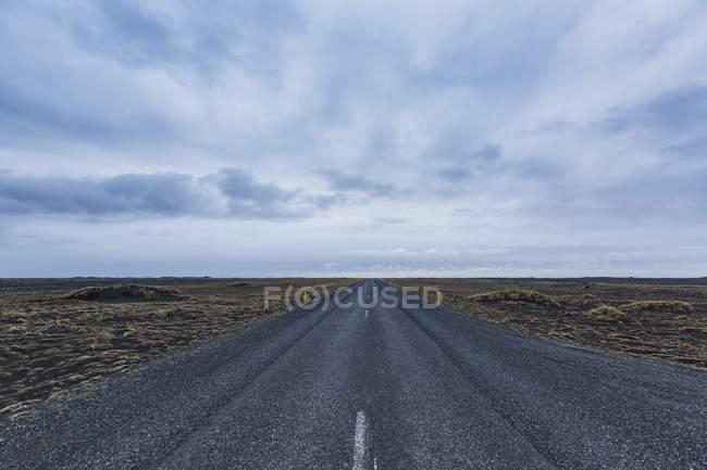 Islândia, rua estrada e nuvens durante o dia — Fotografia de Stock