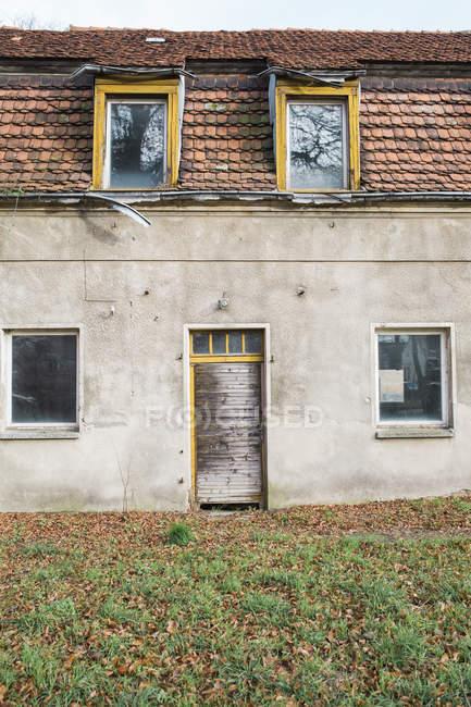 Ветхие жилой дом в дневное время — стоковое фото