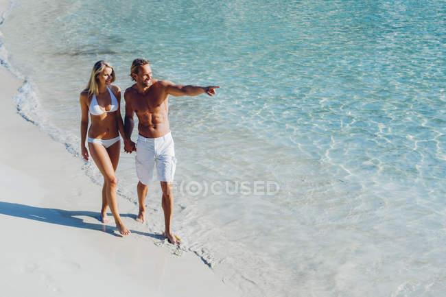Пара прогулки по пляжу — стоковое фото