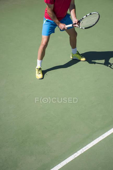 Piernas de jugador de tenis en la cancha - foto de stock