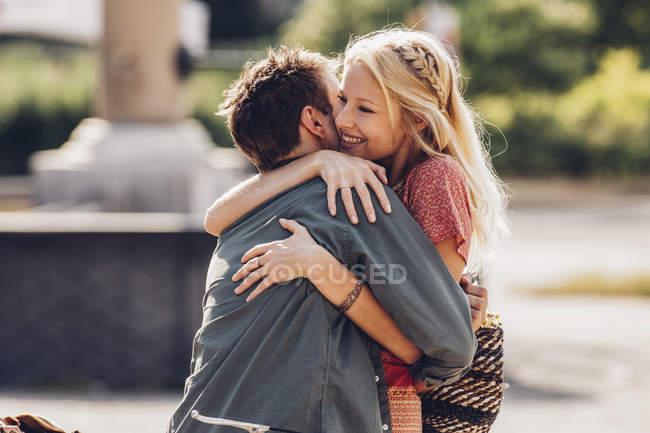 Abrazando pareja joven - foto de stock