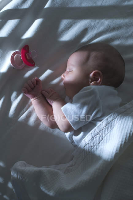 Close up de bonito dormindo bebê menina na cama — Fotografia de Stock