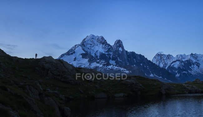 France, Mont Blanc, Lac Cheserys, silhouette de photographe sur un pic — Photo de stock
