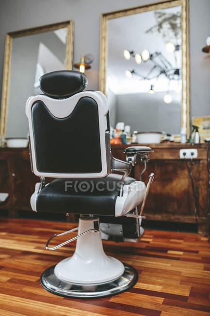 Primo piano della sedia del parrucchiere in un negozio di barbiere — Foto stock