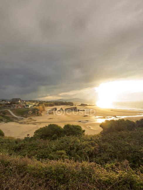Vista panorâmica da praia ao entardecer, Ribadeo, Espanha — Fotografia de Stock