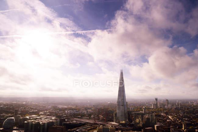 Royaume-Uni, Londres, paysage urbain avec The Shard sous les nuages — Photo de stock