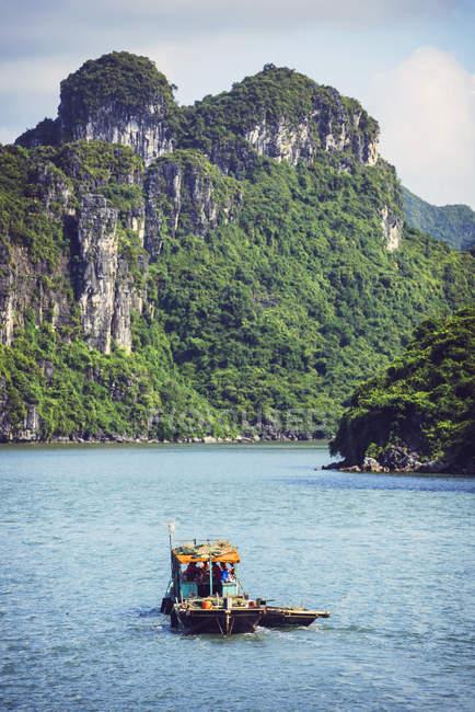 В'єтнам, Тонкінська, Vinh Ha Long Bay, човен над водою проти скелі — стокове фото