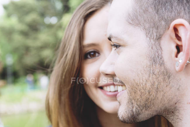 Portrait de jeune couple construisant ensemble un visage — Photo de stock