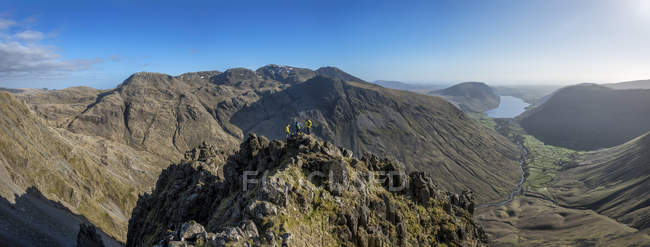 England, Cumbria, Lake District, Wasdale Valley, Great Gable, climbers on top of rock — Stock Photo