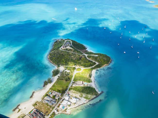 Indie Occidentali, Antigua e Barbuda, Antigua, vista aerea, Jolly Harbour durante il giorno — Foto stock