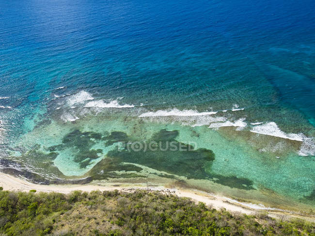 Indie Occidentali, Antigua e Barbuda, Antigua, vista aerea, riff di corallo di fronte a Morris Bay — Foto stock