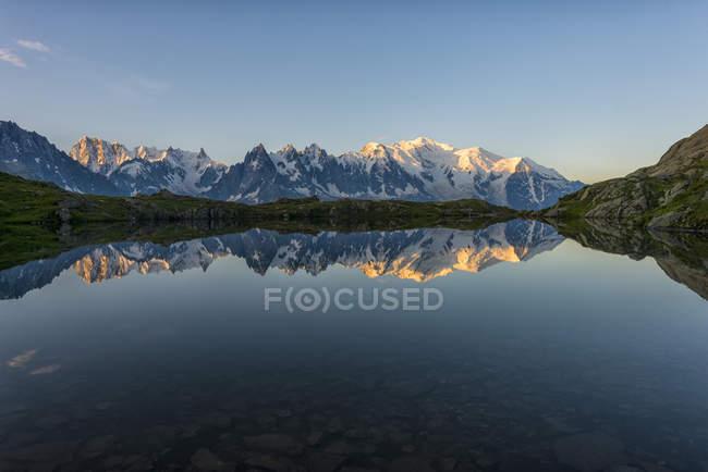 France, Mont Blanc, Lac Cheserys, Mont Blanc reflété dans le lac au lever du soleil — Photo de stock