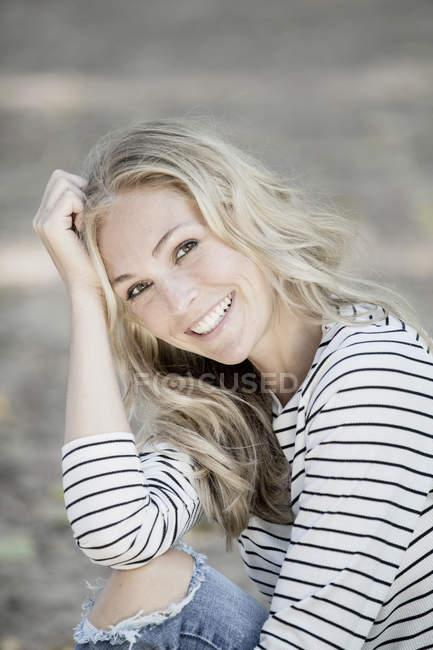 Retrato de mulher loira sorridente — Fotografia de Stock