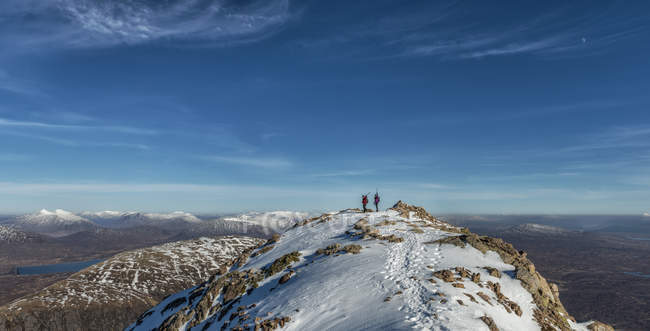 Royaume-Uni, Écosse, Glencoe, Stob Dearg, les alpinistes au sommet — Photo de stock