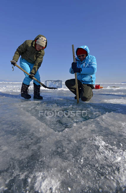Preparazione del foro del ghiaccio Russia, Lago Baikal, immersioni sotto il ghiaccio — Foto stock