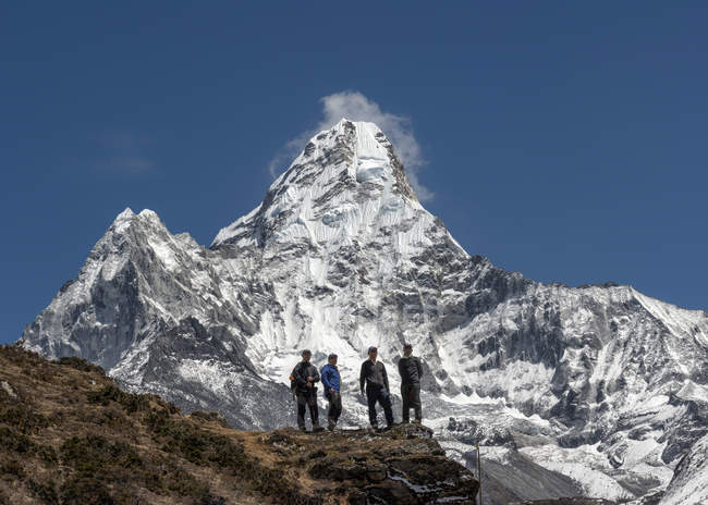 Nepal, Himalaya, Solo Khumbu, Ama Dablam, cuatro Gurkhas en orografía - foto de stock