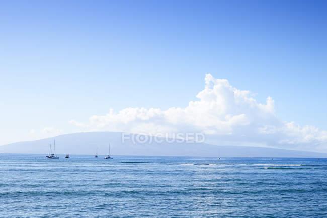 Usa, hawaii, maui, kaanapali, meer mit booten und insel lanai vom kahekili beach park aus gesehen — Stockfoto