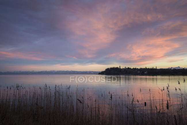 Germania, distretto di Costanza, crepuscolo sul Lago di Costanza con le Alpi svizzere all'orizzonte — Foto stock