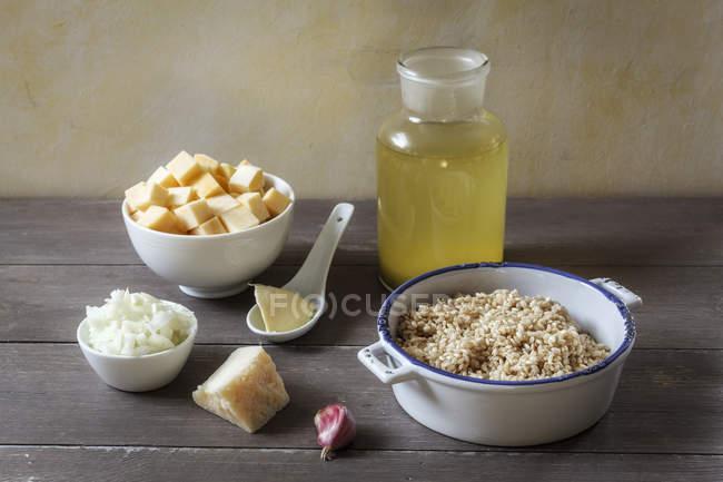 Bodegón de ingredientes del risotto de sueco colocado en mesa - foto de stock