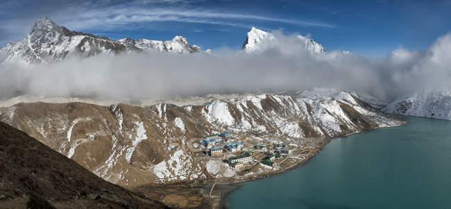Région du Khumbu, Népal Everest, vue à Gokyo peak Gokyo ri sous les nuages — Photo de stock