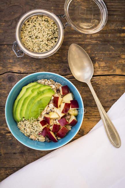 Гранола з авокадо, шматочки яблук і органічних конопель насіння — стокове фото