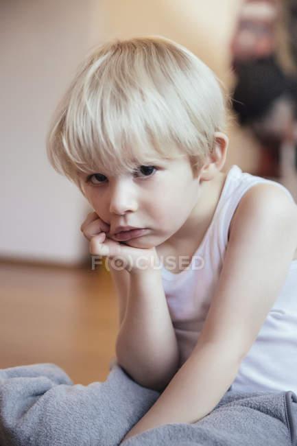 Портрет грустного мальчика с головой в руке — стоковое фото