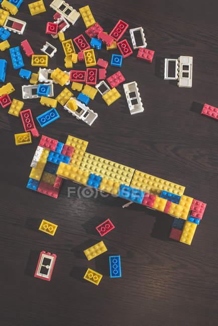 Ziegel auf einem Holztisch bauen — Stockfoto