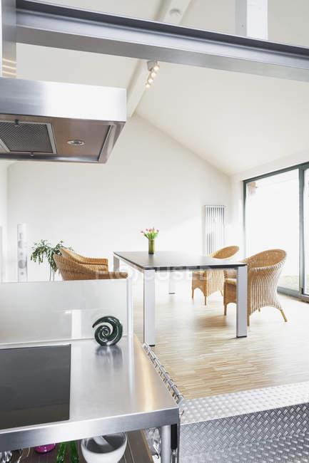 Open space cucina e zona pranzo in un attico — Foto stock