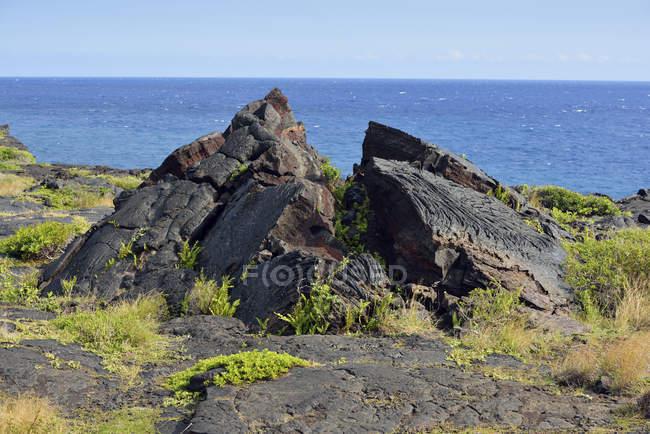 США, Гаваї, Великому острові, Національний парк вулканів, вибух лави гірські породи на березі моря — стокове фото
