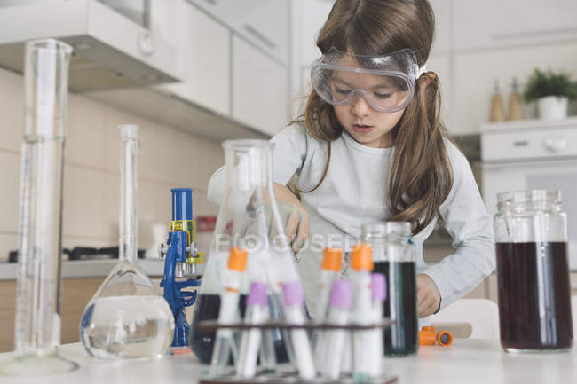 Girl playing science experiments at home — Stock Photo