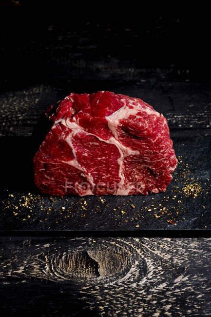 RAW яловичини і поперчити з темного дерева — стокове фото