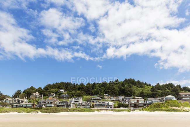 USA, Oregon, Pacific Coast, Cannon Beach, Houses at beach — Stock Photo