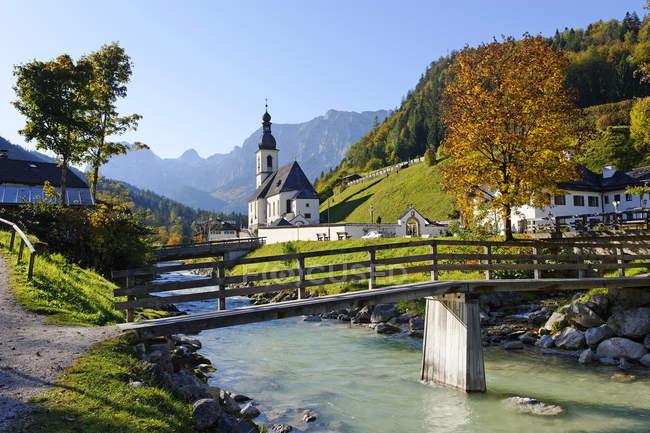 Германия, Бавария, приходская церковь Святого Фатьяна перед горой Рейтеральпе — стоковое фото