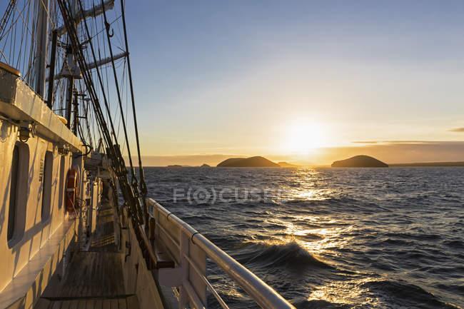 Pazifischer Ozean, Segelschiff in der Nähe der Galapagos-Inseln bei Sonnenaufgang — Stockfoto