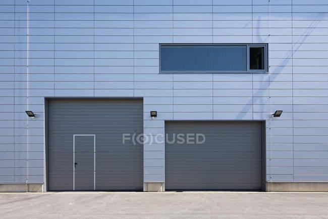 Facciata con persiane finestra e rullo di un edificio moderno — Foto stock