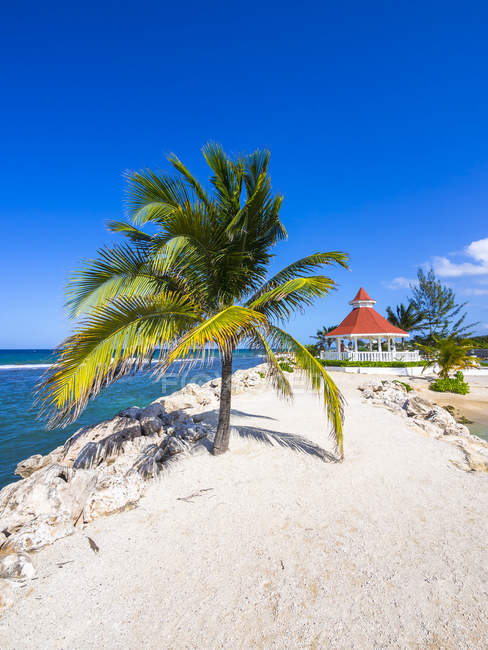 Jamaica, Runaway Bay, beach with pavilion against water — Stock Photo
