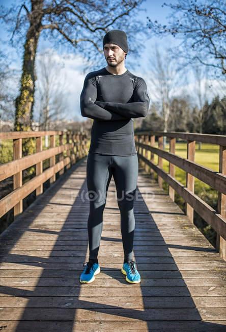 Испания, Хихон, спортсмен, стоящий на деревянном мосту — стоковое фото